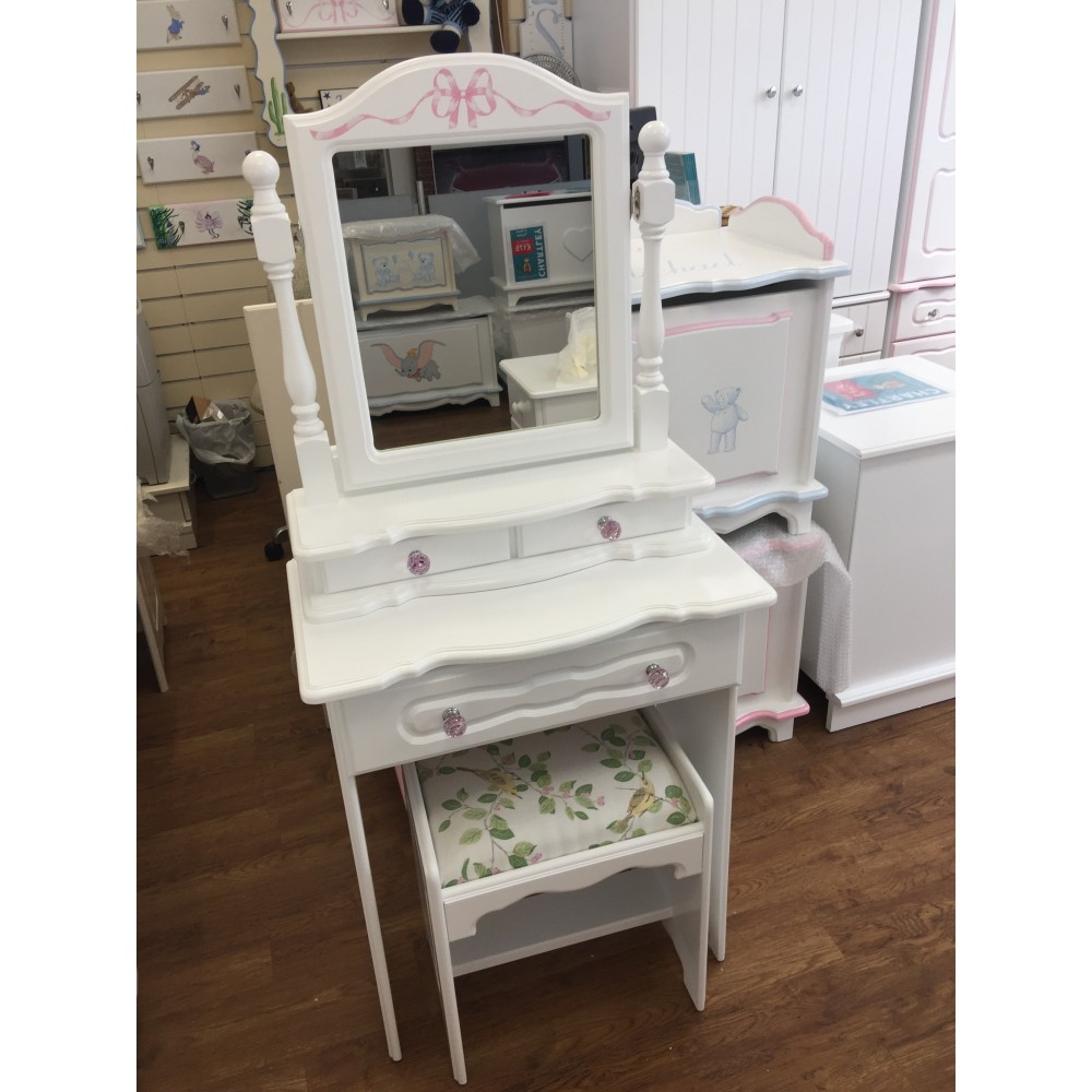 Dressing table for chalets and small bedrooms for Narrow dressing table